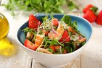 Salatka-z-krewetkami-truskawkami-i-rabarbarem.jpg