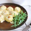 Zapiekane kluski śląskie z niebieskim serem pleśniowym, orzechami włoskimi i rukolą